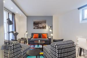 The lounge or bar area at Grand Appartement proche Tour Eiffel