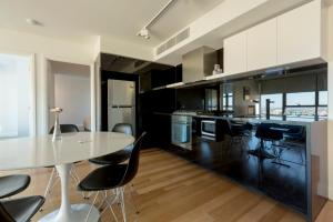 A kitchen or kitchenette at Apartments Melbourne Domain - CBD Paris End