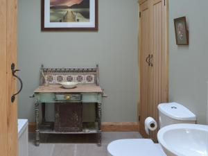A bathroom at Brow View Cottage