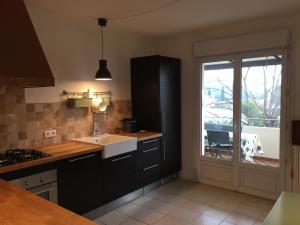 Cuisine ou kitchenette dans l'établissement Le clos des oliviers