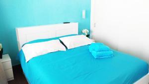 Een bed of bedden in een kamer bij Bungalow Duplex Sun Club Playa del Aguila