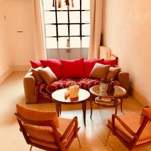 A seating area at 108 eclettico loft zona corso Como milano