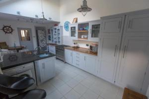 A kitchen or kitchenette at Holiday House Pembroke Dock