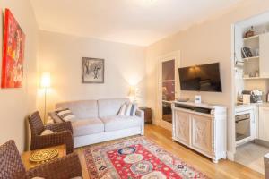 A seating area at Appartement Bijou Paris 5ème