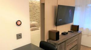 Télévision ou salle de divertissement dans l'établissement Studio apartment Symphony
