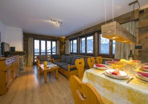 A restaurant or other place to eat at Appartement Les Rocailles 9
