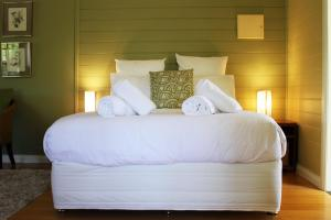 A bed or beds in a room at Avalon Private Spa Villa with Beautiful Tree Views