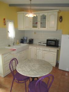 A kitchen or kitchenette at Petite maison à Pernes