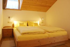 A bed or beds in a room at Haus Waldruhe