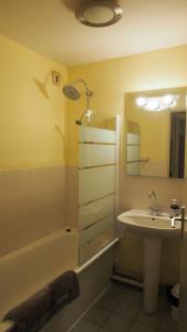 Salle de bains dans l'établissement Location Gex Centre