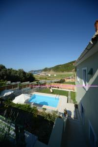 Θέα της πισίνας από το Aselinos Suites ή από εκεί κοντά