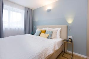 A bed or beds in a room at Rafael Kaiser - Premium Apartments City Centre