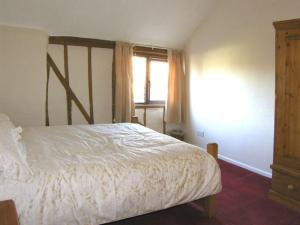 A bed or beds in a room at Wild Bryony Cottage