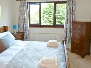 A bed or beds in a room at 4 Low House Cottages