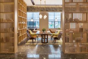 Shenzhen Bantian Huaweizhongcheng Atour Hotel