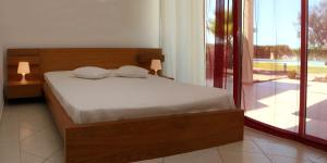 A bed or beds in a room at Villas King's