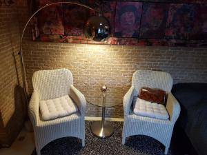 A seating area at Kazemat Zus