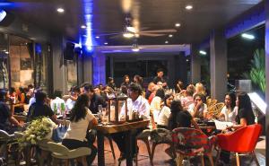 Ein Restaurant oder anderes Speiselokal in der Unterkunft Little Paris Phuket