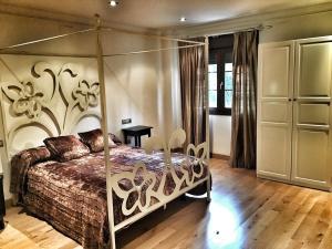 A bed or beds in a room at Villa Lola Sevilla