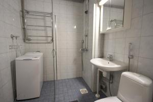 A bathroom at Two bedroom apartment in Espoo, Alakartanontie 11 (ID 1962)