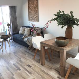 Een zitgedeelte bij appartementen zeespiegel