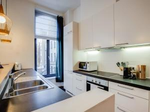 A kitchen or kitchenette at Sweet Inn Apartments - Châtelain
