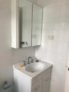 A bathroom at clifton ave 的温馨小窝