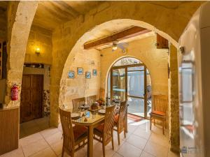 A restaurant or other place to eat at Lellux Holiday Home