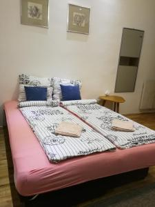A bed or beds in a room at Imperia Apartments