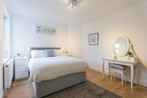 A bed or beds in a room at THE WOODLANDS BUNGALOW *1.5mi from Seafront*