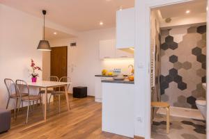 A kitchen or kitchenette at udanypobyt Apartament Skocznia