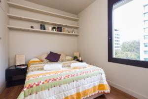 A bed or beds in a room at Camp Nou & Pedralbes Apartment