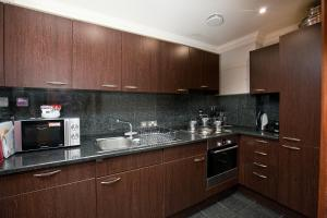 Η κουζίνα ή μικρή κουζίνα στο Sanctum International Serviced Apartments