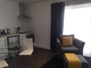 Ein Sitzbereich in der Unterkunft SITU Serviced Apartments - Charlotte Mews