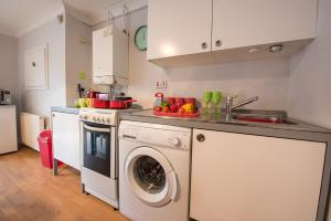 A kitchen or kitchenette at HLS - Drumfearn Apartment