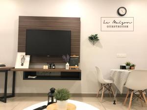 Televisyen dan/atau pusat hiburan di Le Maison GuestHouse Ipoh @ Studio Octagon