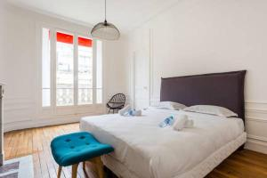 A bed or beds in a room at CMG Tour Eiffel/Champs de Mars__Laos 1D