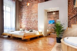 En eller flere senge i et værelse på Aparthotel Stare Miasto