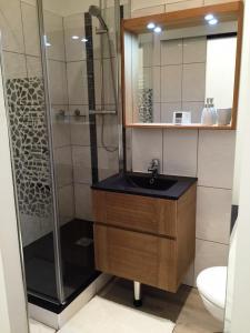 Salle de bains dans l'établissement Le Massaliote