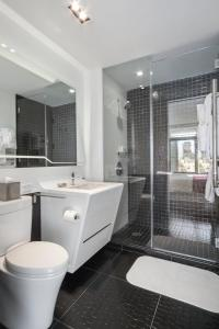 Ein Badezimmer in der Unterkunft Oakwood at the Residences at W New York Downtown