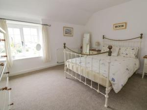 A bed or beds in a room at Curlew Cottage, King's Lynn