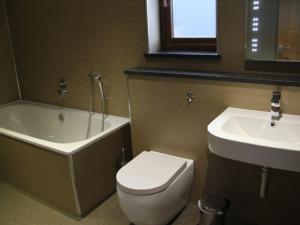 A bathroom at Redwood Lodge, Pooley Bridge Holiday Park