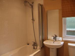 A bathroom at Park Lodge