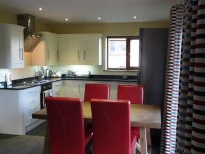 A kitchen or kitchenette at Redwood Lodge, Pooley Bridge Holiday Park