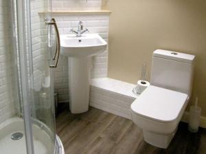 A bathroom at Tyn Llwyn, Talsarnau