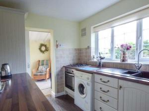 Cuisine ou kitchenette dans l'établissement Hillside Cottage, Leiston