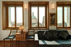 A seating area at Duomo Apartment - Galleria Unione