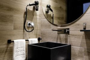 A bathroom at Suites Pamplona Plaza