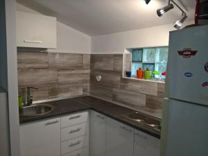 A kitchen or kitchenette at Sea Dreams Apartment