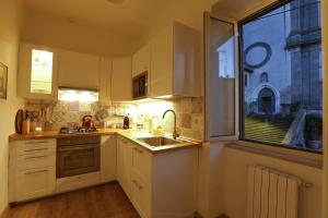 A kitchen or kitchenette at La casa della nonna sulla francigena